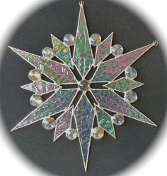 Stained glass snowflake suncatcher Stained Glass Church, Stained Glass Christmas, Stained Glass Ornaments, Stained Glass Suncatchers, Stained Glass Projects, Stained Glass Art, Stained Glass Windows, Fused Glass, Mosaic Glass