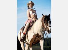 """Neue Bilder:Girls im Schweizer Bauernkalender - und ihre deutsche """"Konkurrenz""""  Ella Nina (18)aus dem Bauernkalender 2009©Claude Stahel / bauernkalender.ch"""
