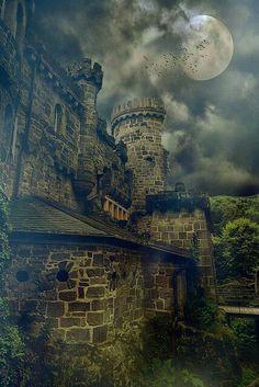 Kergheims kasteel in de nacht.