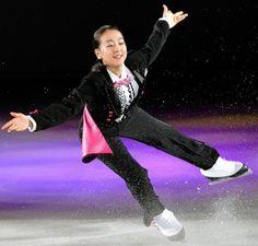 華麗なスケーティングで見せる浅田真央=札幌市真駒内セキスイハイムアイスアリーナ(撮影・西岡正)