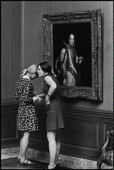 Conversation  Le musée un jour By Ellliot Erwitt