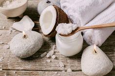 Kokosöl galt lange als ungesund – dabei hat es viele gesundheitsfördernde Eigenschaften, die beispielsweise beim Abnehmen helfen und den Cholesterinspiegel senken.