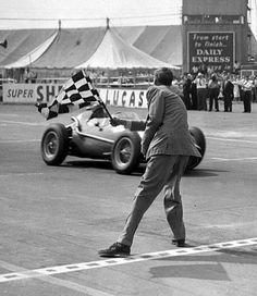 Peter Collins vince il suo terzo ed ultimo GP mondiale.