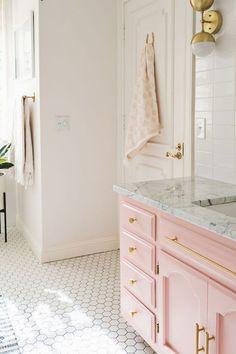De la salle de bain au salon en passant par la cuisine, on injecte une dose de rose millenial dans sa déco pour un intérieur dans l'ère du temps. Focus: mobilier de salle-de-bain rose.