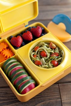 Introducing OmieBox, a lunchbox that lets you pack hot and cold food all in one box! Pack these healthy chicken pesto zucchini noodles for lunch on the go.