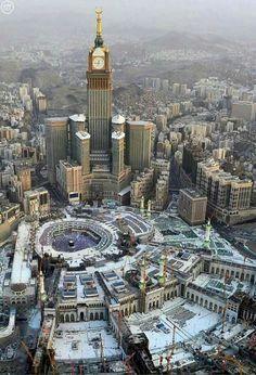 A glorious aerial view of Makkah city along ith Masjid Al-Haram. Masjid Al Haram, Mecca Masjid, Mekka Islam, Mecca Wallpaper, Mekkah, Beautiful Mosques, Belle Villa, Grand Mosque, Islamic World