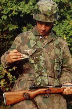 Détail de l'uniforme et du matériel de ce fallschirmjäger.