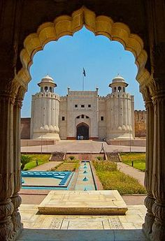 Lahore Fort locally referred to as Shahi Qila is a citadel in the city of Lahore, Punjab, Pakistan. A UNESCO World Heritage Site since Pakistan Reisen, Pakistan Travel, Lahore Pakistan, Pakistan Tourism, Angkor, Places To Travel, Places To See, Pakistani Culture, Mughal Architecture