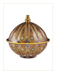 Ayasofya Kubbe Sahan-İstanbul'un simge mabetlerinden biri olan Ayasofya, M.S. 532-537 yılları arasında Bizans İmparatoru Justinianus tarafından inşa ettirilmiş bazilika planlı bir katedraldir. Ayasofya Kubbe Sahan, el imalatı camdan üretilmiş, üzerindeki rölyef desenlerin tümü el işçiliği ile 24 ayar altın yaldız kullanılarak dekorlanmıştır.   Üretimi 2.000 adetle sınırlıdır. Ottoman Turks, Contemporary Vases, Ottoman Design, Iranian Art, Perfume, Crystal Vase, Ottoman Empire, Craft Work, Byzantine