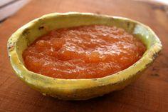 Prodotti tipici siciliani: marmellata di mele cotogne (cotognata) posta all'interno dello stampo tradizionale in terracotta.