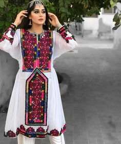 Girl in Balochi dress Embroidery Fashion, Embroidery Dress, Hand Embroidery, Pakistani Dress Design, Pakistani Dresses, Balochi Girls, Sindhi Dress, Afghani Clothes, Balochi Dress