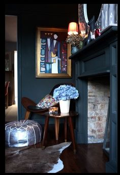 Dark walls making colour pop out. Farrow and Ball Downpipe