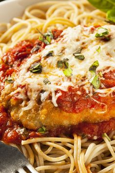 Skinny Chicken Parmesan / Skinny Italian Chicken Parmesan Recipe - A lighter and delicious version of the classic recipe Skinny Chicken Parmesan, Chicken Parmesan Recipes, Breaded Chicken, Chicken Meals, Chicken Pasta, Pasta Dishes, Food Dishes, Main Dishes, Healthy Dinner Recipes