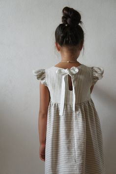 Linen girl dress Linen dress for girls Flower linen dress Vintage Girls Dresses, Little Girl Dresses, Dress Flower, Flower Girl Dresses, Little Girl Fashion, Kids Fashion, School Dresses, Fashion Moda, Cute Outfits For Kids
