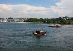 Barcos Rabelos em circuito turístico  O Douro atravessa o norte de Portugal. Desagua no Atlântico, entre as cidades do Porto e Gaia. O Barco Rabelo está associado a este rio pelo Vinho do Porto