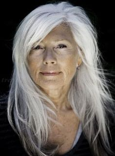 long silver hair, very natural look, lovely. My take on this picture: I am doing my best to grow out my natural white silver hair after years of dye jobs have taken their toll! Stay tuned and maybe I will put a picture up of me with white silver hair. My Hairstyle, Hairstyle Pictures, Street Hairstyle, Hairstyle Ideas, Ageless Beauty, Aging Gracefully, Hair Dos, Your Hair, Hair Makeup