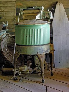 wringer washer, c. love to find one of these to make garden fountain with Antique Washing Machine, Vintage Antiques, Vintage Items, Vintage Stuff, Primitive Laundry Rooms, Vintage Appliances, Vintage Laundry, Doing Laundry, Clothes Line