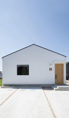 白いガルバリウム鋼板のシンプルな切妻屋根に、四角い窓がポイントの外観。 House Roof, Facade House, 3d House Plans, One Story Homes, Japanese House, Story House, Tiny House Design, Home Reno, Exterior Design