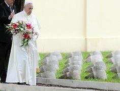 """Há cem anos atrás, Giovanni Bergoglio lutou em algumas das batalhas mais ferozes da Primeira Guerra Mundial. Felizmente, ele sobreviveu, mas seu neto Jorge Mario Bergoglio, agora Papa Francisco, se lembra de como o avô falava das """"memórias dolorosas"""" da Grande Guerra. E hoje, o sumo pontífice fez uma peregrinação sagrada no maior memorial de guerra da […]"""