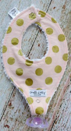 Such a cute baby bib for all the littles out there. This super trendy pink and gold polka dot bib would make a great stocking stuffer. This binky bib would also make a great baby shower gift for that Baby Sewing Projects, Sewing Crafts, Sewing Ideas, Love Sewing, Sewing For Kids, Easy Baby Blanket, Diy Bebe, Binky, Pacifier Clips