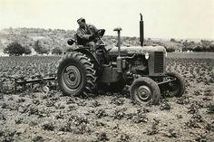White Tractor, Kubota, Black And White, World, Vehicles, Youtube, Vineyard, Vintage, Historia
