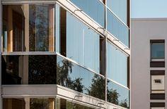 Безрамное ограждение: вертикальных рам нет + безрамное остекление. #Lumon#стекло#фасад#балкон#остекление#безрамное#ограждение#панорамное#архитектура#финская#современная#новостройка#технологии#конструкции#лоджии