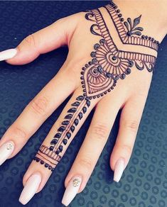 ▪▪랜덤 한 것▪▪ 17 beautiful henna designs & Struggling Soul 17 beautiful henna designs & Struggling Soul Simple Henna Tattoo, Henna Tattoo Hand, Henna Tattoo Muster, Cute Henna Tattoos, Mehndi Simple, Henna Mehndi, Mandala Tattoo, Henna Mandala, Paisley Tattoos