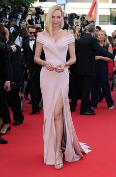 Uma Thurman teamed her dusty pink Atelier Versace gown with Bulgari jewellery at the 'Ismael's Ghosts' & Opening Gala Red Carpet at the Cannes Film Festival – May 17 2017 Cannes Film Festival, Festival 2017, Celebrity Dresses, Celebrity Style, Elegant Dresses, Nice Dresses, Versace Gown, Best Party Dresses, Evening Dresses