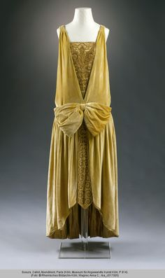 "history-of-fashion: "" ab. 1927 Evening dress by Callot Soeurs embroidered, silk velvet (yellow-green) gold lamé beads (Museum für Angewandte Kunst, Cologne) "" 20s Fashion, Moda Fashion, Art Deco Fashion, Fashion History, Vintage Fashion, Fashion Outfits, Fashion Design, 1920 Style, Style Année 20"