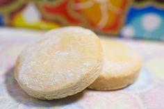 沖縄のお菓子の中でもとりわけ有名な「ちんすこう」。 元々は、王族がお祝い事で食べる高級菓子でした。 昔のちんすこうは、今のような細長い形ではなく、まんまるの可愛いらしい形をしていたそうです。そんな伝統的なちんすこうを作っているのが「琉球銘菓くがに菓子本店」。 琉球王朝時代の宮廷菓子を再現するのに電熱式ではなく火燃式窯を使用しています。熟練の職人の手作業で製造しており、保存料等の添加物の使用は一切していないこだわり。沖縄へ来たら、伝統の形、丸いちんすこうを食べてみてはいかがですか?