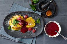 Ziegenkäse-Pancake mit Curcuma und Vanille-Piment-Himbeersauce