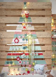 Alternative Weihnachtsbaum-Ideen I Palette I bunte Farbstreifen I Accessoires
