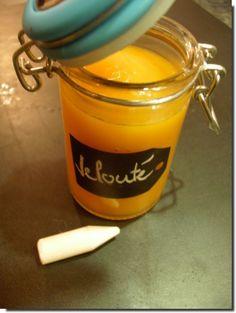 une petite soupe pour entrer en douceur dans les grands froids... 1 courge doubeurre (butternut) 2 carottes 1 oignon 1 petite pomme de terre couper et éplucher la courge, la pomme de terre et les carottes. Emincer l'oignon le faire revenir dans une cocotte...
