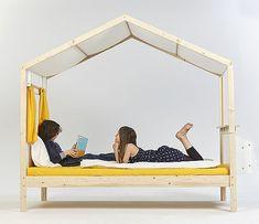 Gli studenti della Giebichenstein Kunsthochschule Halle University of Art and Design in Germania hanno presentato al Salon...