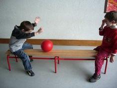 par 2 chacun assis au bout du banc, se rouler une balle sans la faire tomber