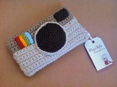 Capinha para iPhone de camera retrô feito de crochê. Confeccionado em lã e linha. Botão marrom para fechamento na parte de trás. R$25,00