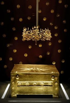 The city of Aigai, the ancient first capital of the Kingdom of Macedonia, was discovered in the century near Vergina, Greece. Photo of the Golden larnax and Golden leaf crown shown in Thessaloniki museum. Ancient Greek Art, Ancient Greece, Landscape Photography Tips, Scenic Photography, Night Photography, Landscape Photos, Alexandre Le Grand, Macedonia Greece, Classical Greece