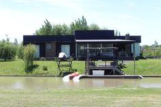 ESTUDIO 2424 ARQUITECTURA. Casa en MADERA - Isla del Este, Argentina.