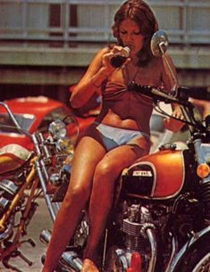 Girl on an old motorcycle: Post your pics! Womens Motorcycle Helmets, Motorcycle Girls, Brat Motorcycle, Honda Cb 500, Chicks On Bikes, Honda Bikes, Honda Motors, Vintage Biker, Dirt Bike Girl