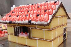 A Strawberry Shortcake house? Beautiful Cakes, Amazing Cakes, Strawberry Shortcake House, Easy Christmas Treats, Holiday Treats, House Cake, Cake Decorating Tips, Cake Tutorial, Creative Cakes