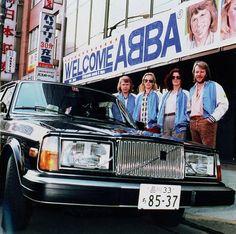 De twee best verkopende exportproducten van Zweden. Volvo en natuurlijk ABBA, hier het gouden koppel. Hier afgebeeld een Volvo 264 GL in Jap...