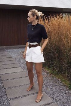Minimalistic Outfits For Spring Woman Shorts and Bermudas pretty woman bermuda Adrette Outfits, Short Outfits, Spring Outfits, Casual Outfits, Fashion Outfits, Woman Outfits, Spring Shorts, Classy Shorts Outfits, Beige Shorts Outfit