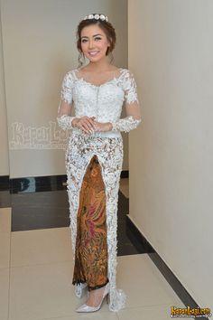 Vera Kebaya, Kebaya Lace, Kebaya Dress, Batik Kebaya, Model Kebaya Modern, Kebaya Modern Dress, Muslim Wedding Dresses, Elegant Wedding Dress, Kebaya Wedding