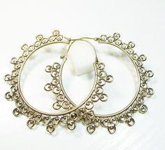 Ces boucles d'oreilles en laiton sont des grosses créoles au style très indien. C'est un bijou fantaisie original qui plaira aux amateurs de larges boucles d'oreilles. Nos bijoux en laiton viennent d'Inde