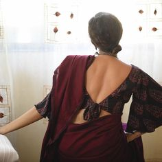 Looking for modern saree designs and ideas? Here are 18 amazing saree and blouse models that are sure to steal your heart. Blouse Back Neck Designs, Fancy Blouse Designs, Stylish Blouse Design, Designer Blouse Patterns, Designer Dresses, Stylish Sarees, Sexy Blouse, Look At You, Blouses