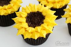 How to Pipe Sunflower Cupcakes #cupcakes #diy #sunflower