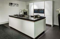 Moderne keuken met veel ruimte in eiland Bakery Kitchen, Kitchen Reno, New Kitchen, Kitchen Remodel, Apartment Kitchen, Living Room Kitchen, Kitchen Interior, Kitchen Diner Extension, Kitchen Cabinet Design