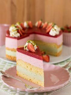 Erbeer-Torte mit Pistazien-Creme