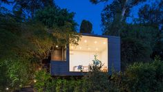 Designed by Aaron Neubert Architects (ANX), this writing studio can be found among the hills of Los Angeles. Named the Black Box Writing Studio, it frames Backyard Office, Backyard Studio, Modern Backyard, Los Angeles Landscape, Design Innovation, Writing Studio, Studios, Box Studio, New Zealand Landscape