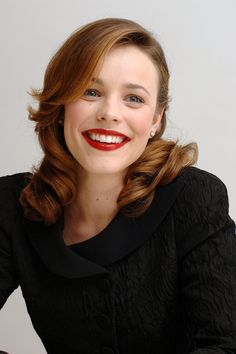 How stunning is this Rachel McAdams moment? She truly looks like an Old Hollywood star with that gorgeous hairstyle and the bright red lip!
